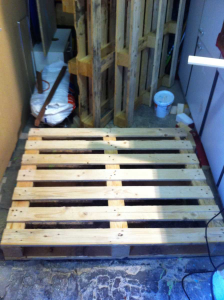 Pallet furniture: writing desk, raw material