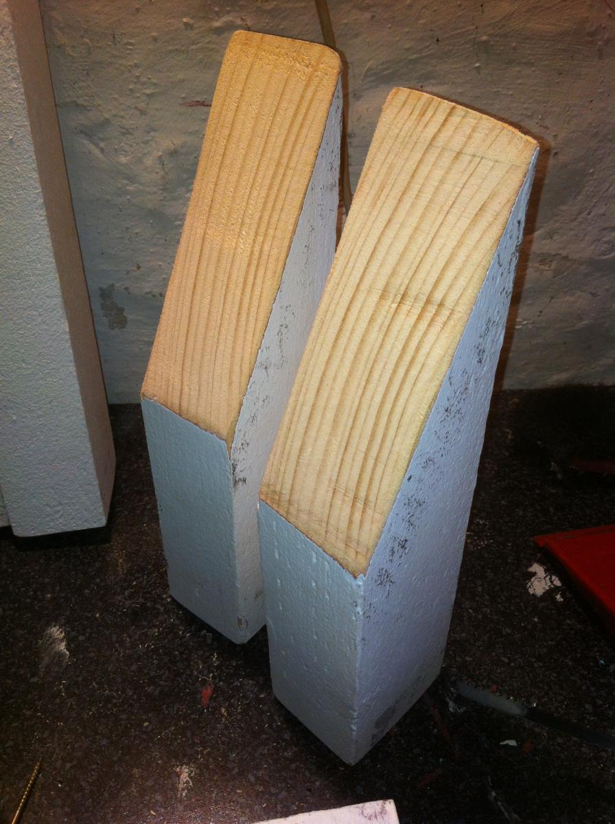 pallet sofa backrest pillars 3 Как своими руками сделать диван из поддонов? %d0%bc%d0%b5%d0%b1%d0%b5%d0%bb%d1%8c poddon palletyi