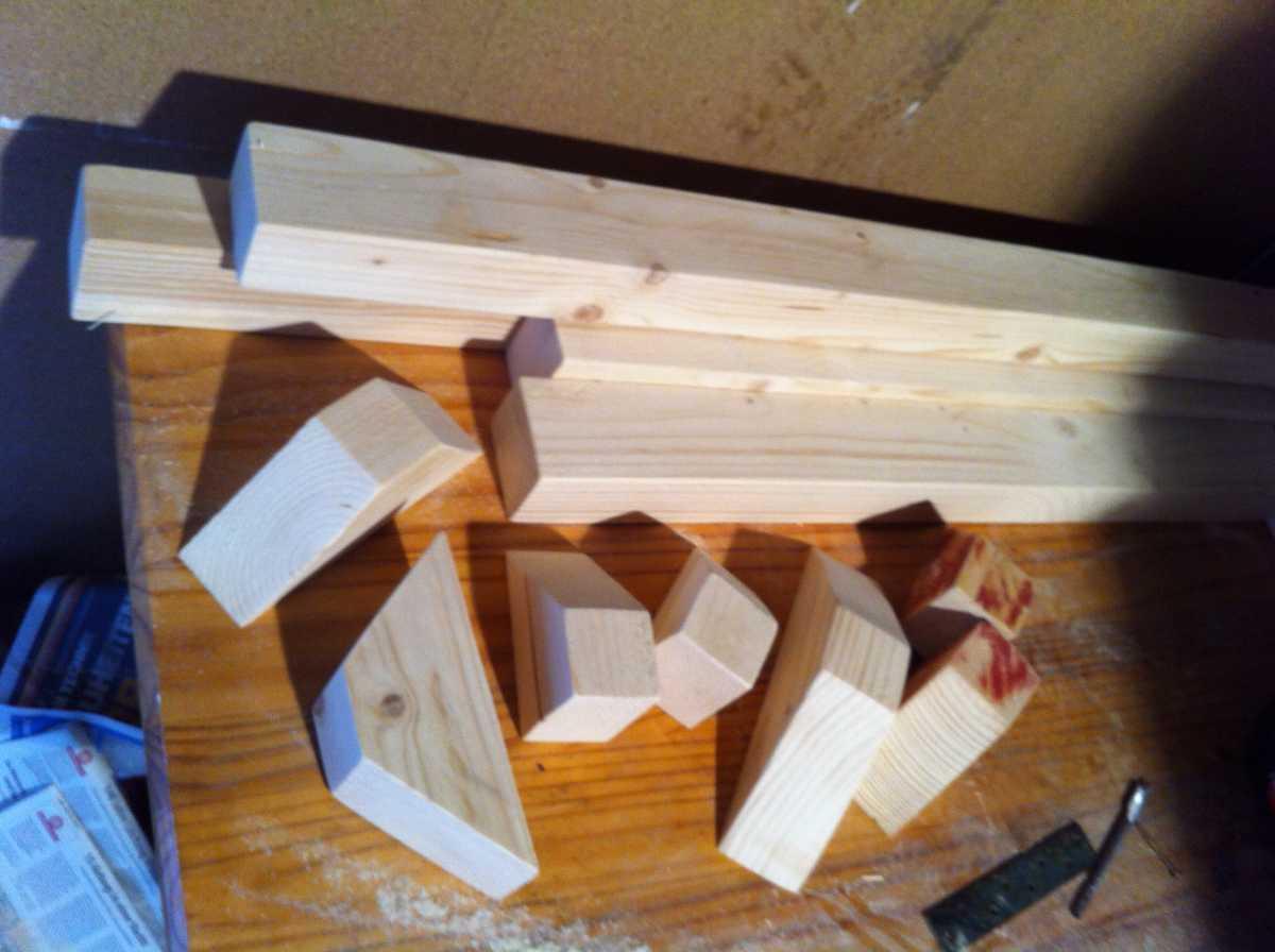pallet sofa legs parts preparation 4 Как своими руками сделать диван из поддонов? %d0%bc%d0%b5%d0%b1%d0%b5%d0%bb%d1%8c poddon palletyi