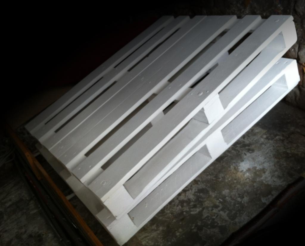 pallets painted white 1 Как своими руками сделать диван из поддонов? %d0%bc%d0%b5%d0%b1%d0%b5%d0%bb%d1%8c poddon palletyi