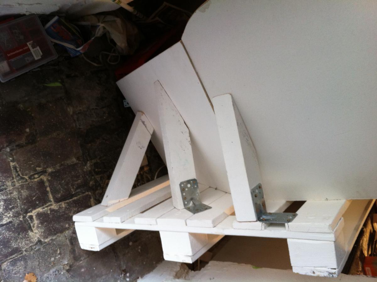 palletsofa angled backrest 6 Как своими руками сделать диван из поддонов? %d0%bc%d0%b5%d0%b1%d0%b5%d0%bb%d1%8c poddon palletyi