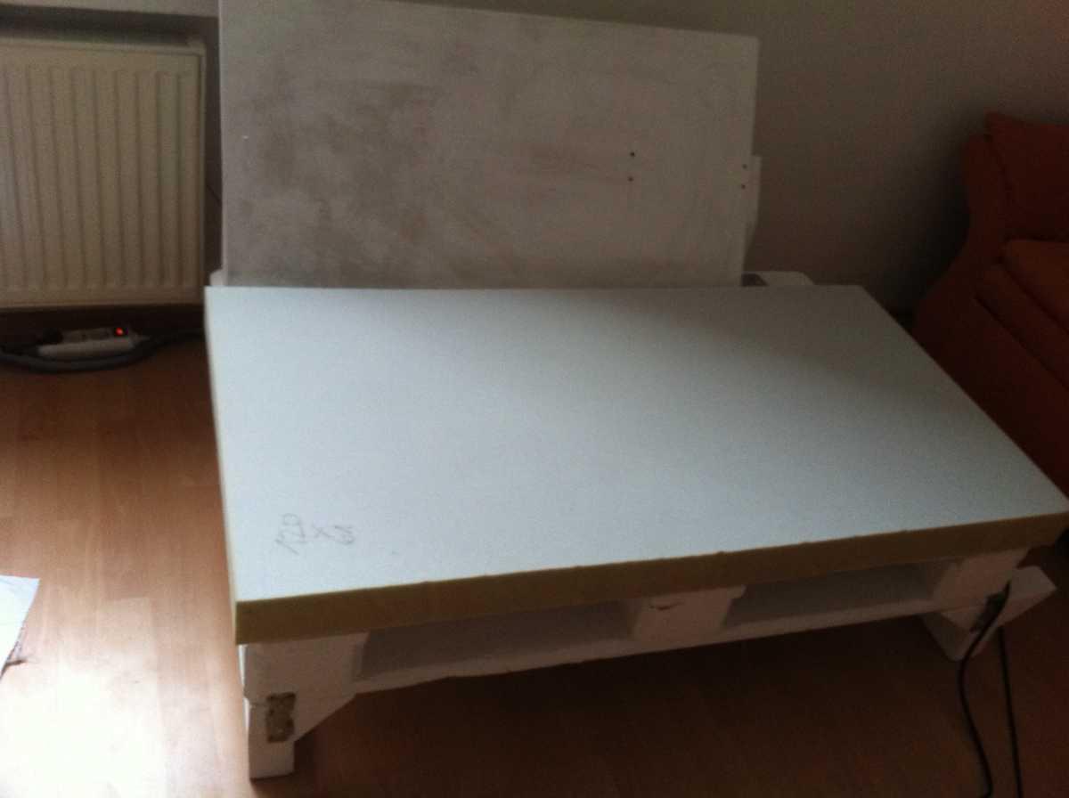 sofa element upholstered cutted foam 02 Как своими руками сделать диван из поддонов? %d0%bc%d0%b5%d0%b1%d0%b5%d0%bb%d1%8c poddon palletyi