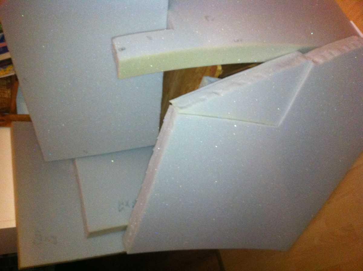 sofa upholstering cutted foam 01 Как своими руками сделать диван из поддонов? %d0%bc%d0%b5%d0%b1%d0%b5%d0%bb%d1%8c poddon palletyi