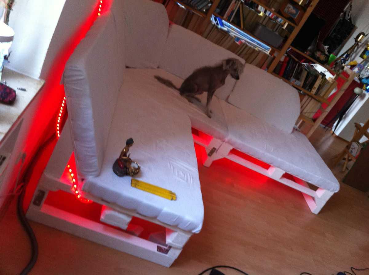 sofa upholstering finished illuminated 08 Как своими руками сделать диван из поддонов? %d0%bc%d0%b5%d0%b1%d0%b5%d0%bb%d1%8c poddon palletyi