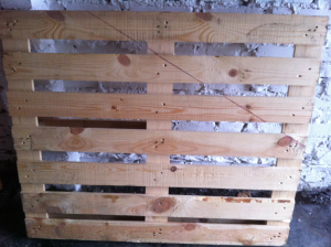 Pallet with marked cutting edge