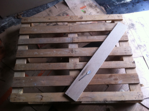 Pink Pallet Desk - preparing the triangular cut