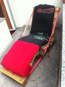 Pallet garden chair with properly tightened seat upholstery