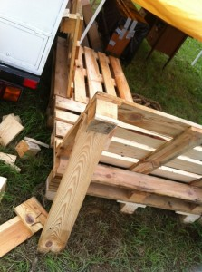 Pallet bench, backrest, protruding nails
