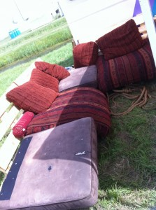 Mobile outdoor sofa made from pallets, pillowed - OHM2013
