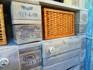 Pallet cabinet with doorknobs, Detail