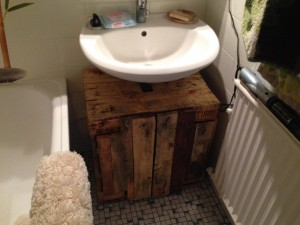 Bathroom cabinet from pallets - Completion