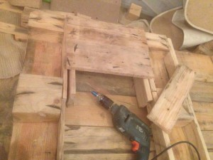 Assembly aid for pallet table drawers